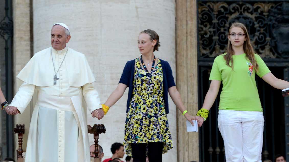 Papst Franziskus mit zwei jungen Frauen