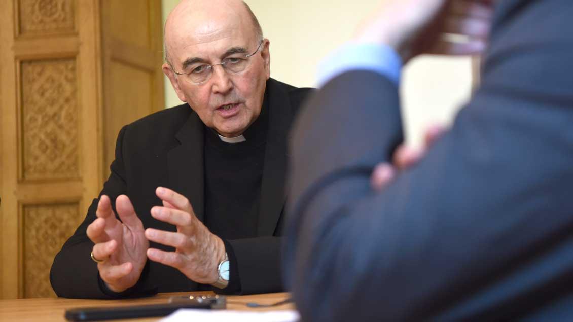 Bischof Genn im Gespräch Foto: Michael Bönte