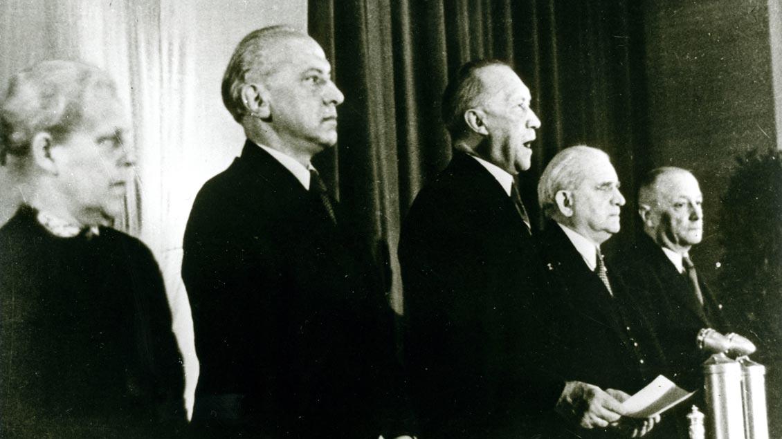 Unterzeichnung des Grundgesetzes am 23. Mai 1949 in Bonn mit dem späteren Bundeskanzler Konrad Adenauer (dritter von links)