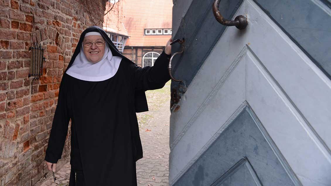Ordensschwester öffnet die Pforte des Klosters Dinklage.
