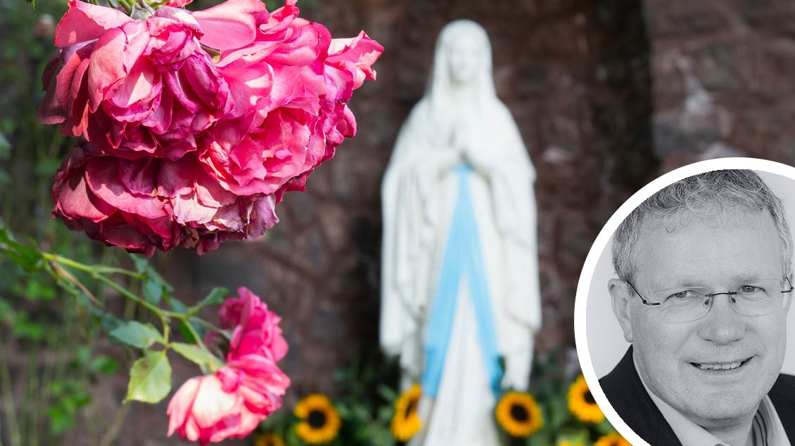 Rosen vor einer Marienfigur
