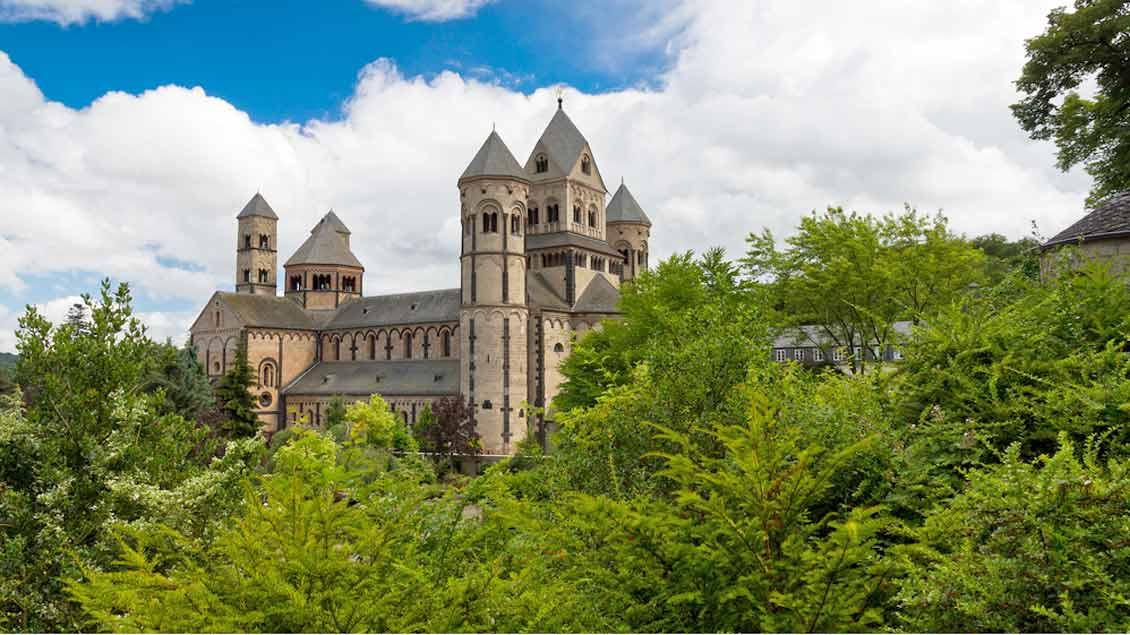 Blick auf Kloster Maria Laach Foto: Dennis van de Water (Shutterstock)