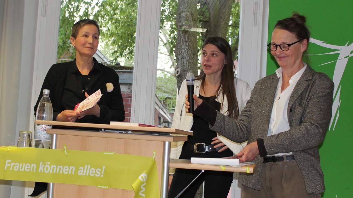 Andrea Voß-Frick (von links) und Lisa Kötter (rechts) Buchautorin Christiane Florin (Mitte).