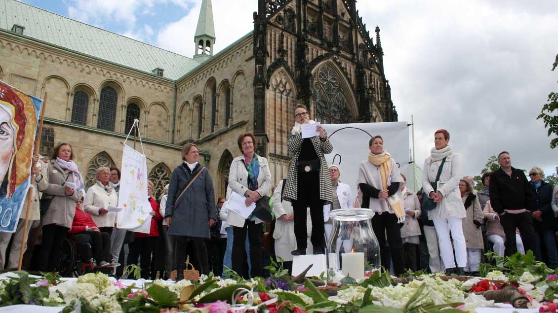 """Gottesdienst von """"Maria 2.0"""" vor dem Dom in Münster"""