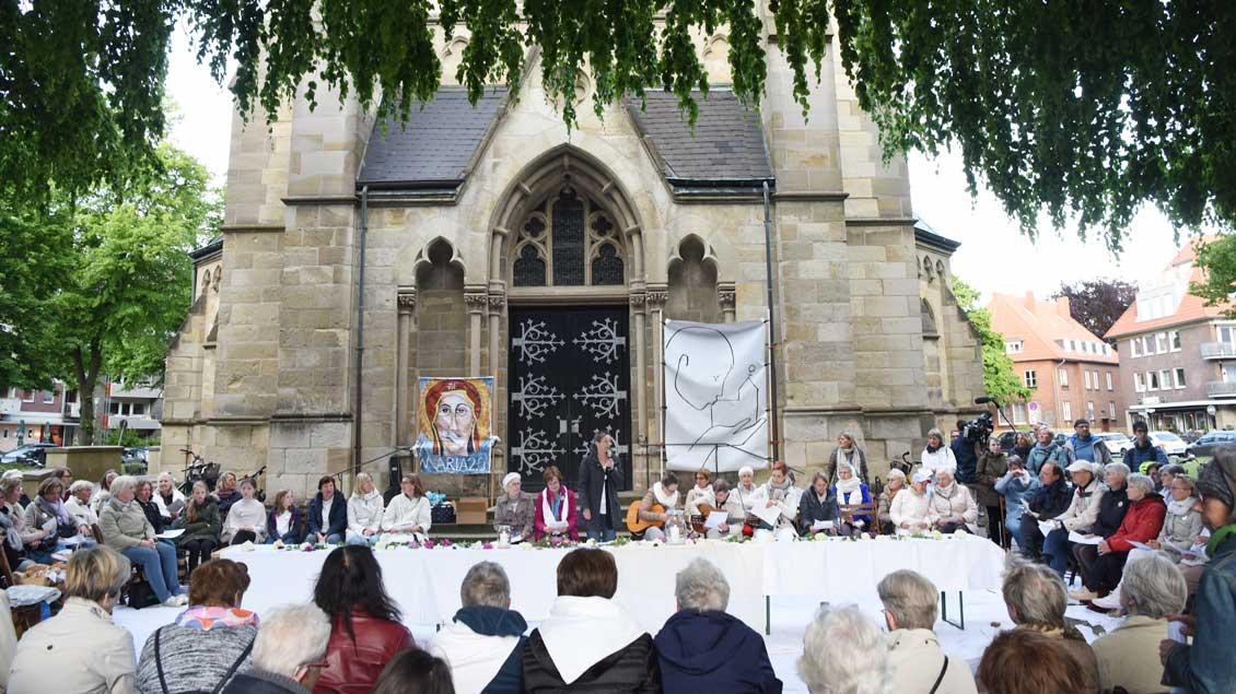 Gottesdienst von Maria 2.0 vor der Heilig-Kreuz-Kirche in Münster