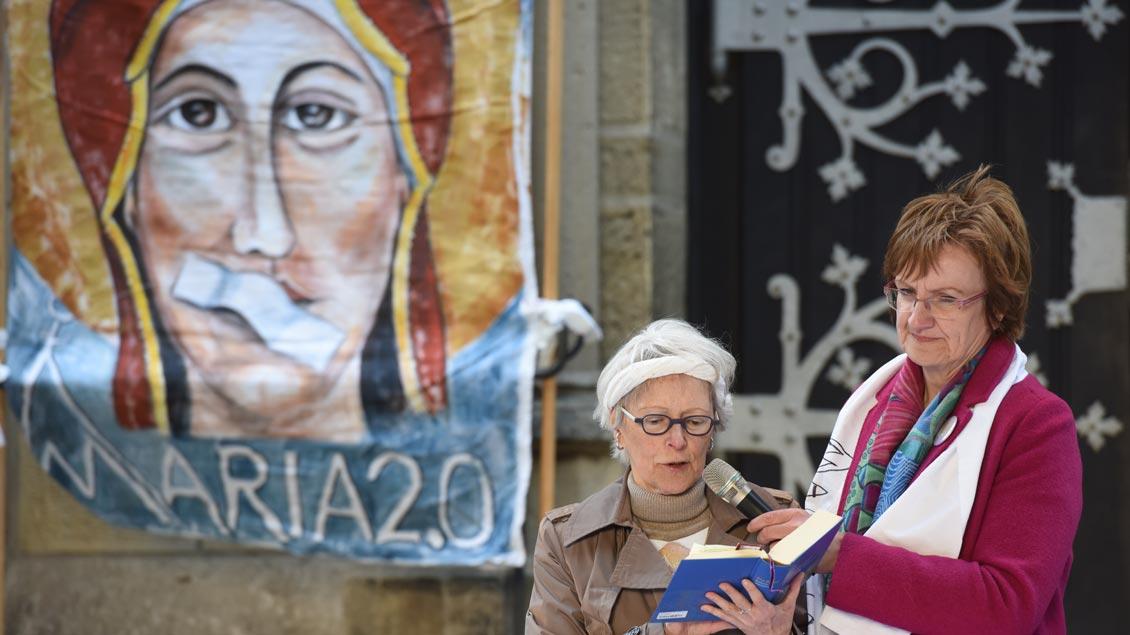 Frauen beten und singen vor der Kreuzkirche in Münster.