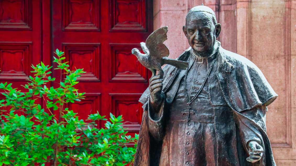Bronzefigur von Papst Johannes XXIII. Foto: FOXARTBOX (Shutterstock)