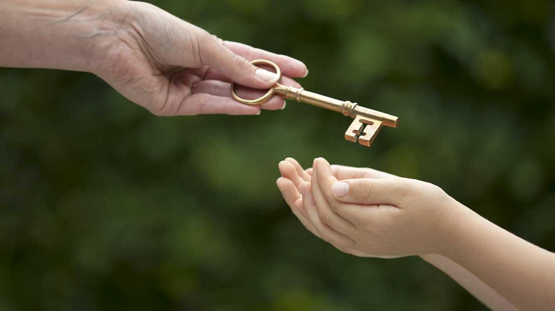 Ein Schlüssel wird von einer Hand in eine andere übergeben. Foto: eelnosiva (Shutterstock)