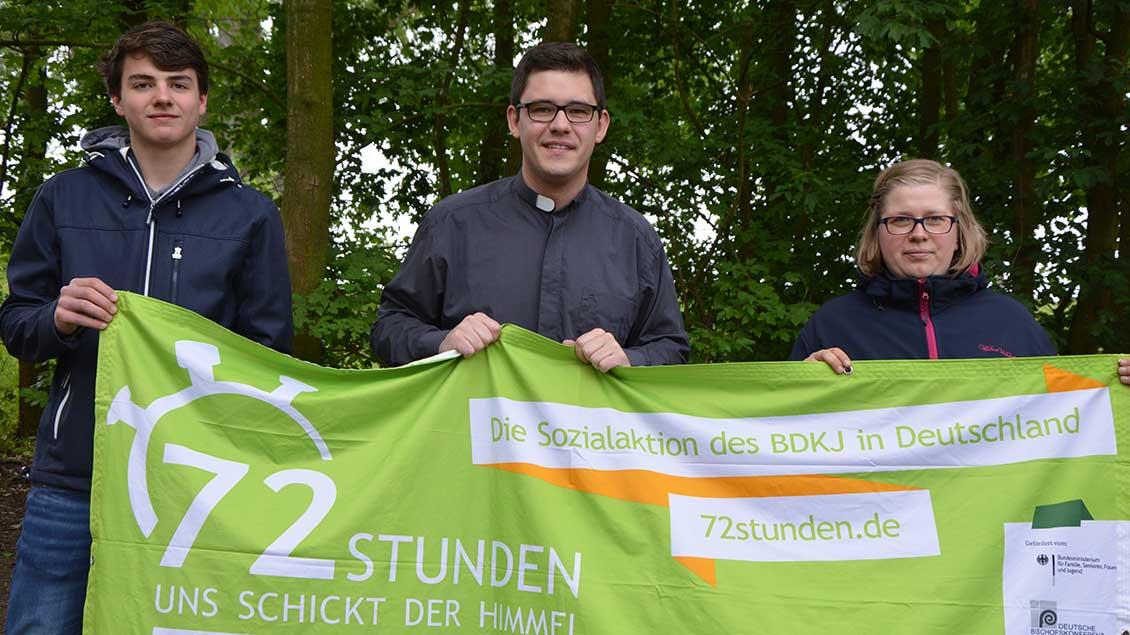 Jan Recker, Kaplan Ralf Meyer und Johanna Hensmann (von links)