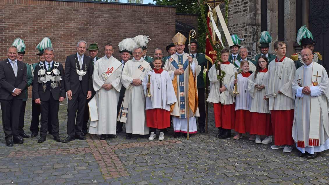 Bildunterschriften:BU01: Ruhrbischof Franz-Josef Overbeck feierte mit Bruderschaften, Vereinen und Verbänden sowie mit Fahnen- und Bannerabordnungen die Wallfahrtseröffnung in Ginderich.