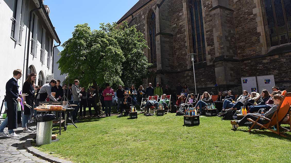 Jugendliche disktutieren vor dem Café Lenz in Münster mit Politikern. Foto: Michael Bönte