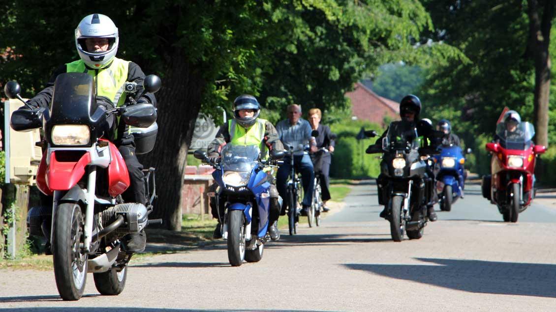 Viele Biker erreichten Bethen in kleinen Gruppen. | Foto: Nina Holstermann