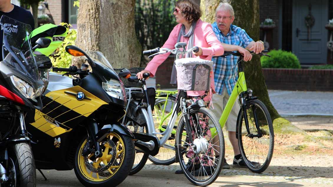 Auch Räder ohne Motor wurden gesegnet. | Foto: Nina Holstermann