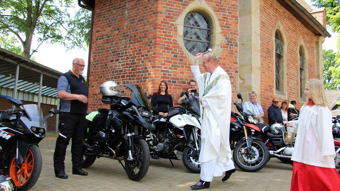 Segnung der Motorräder in Bethen.
