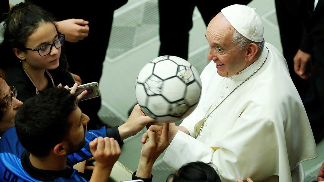 Papst mit Fußball bei der Audienz mit Jugendspielern