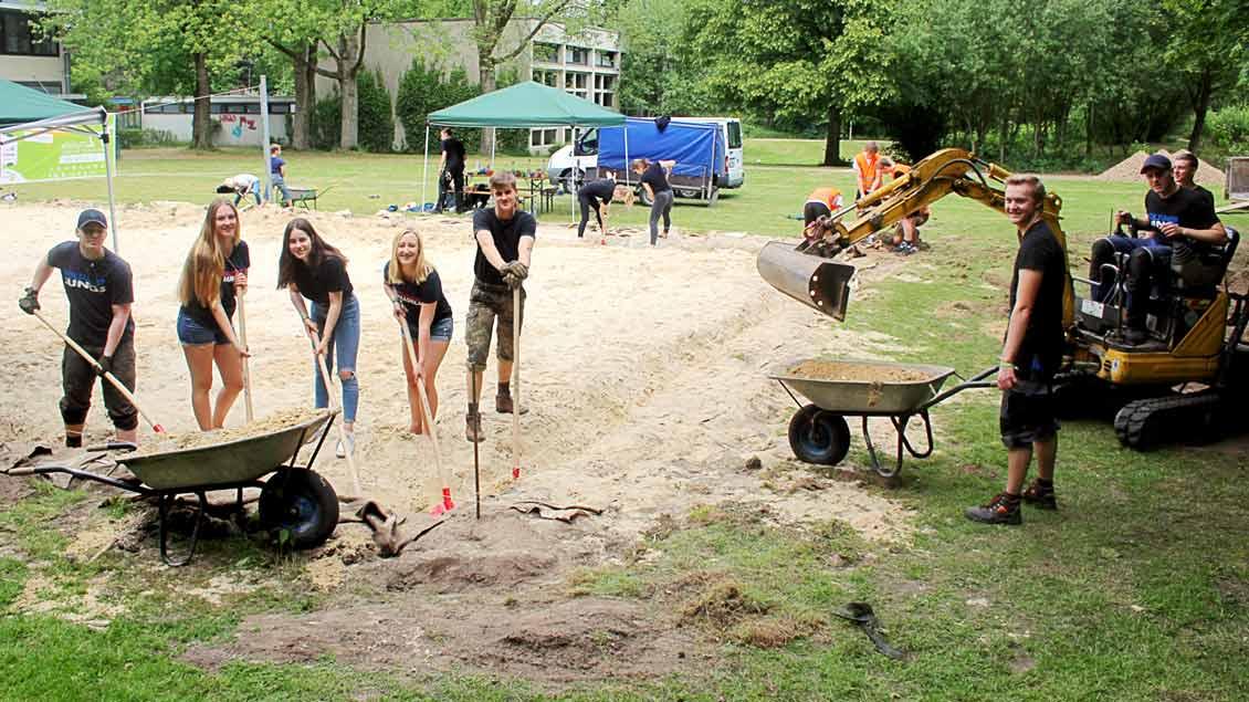72-Stunden-Aktion: Aufpeppeln des Beachvolleyballplatzes in Polsum