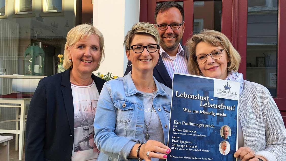"""Die Initiatoren des Königstalks vor dem Café """"Königsgarten"""" in Warendorf (von links): Inge Tünte, Anja Terwort, Pastoralreferent Ulrich Hagemann und Petra Erpenbeck."""