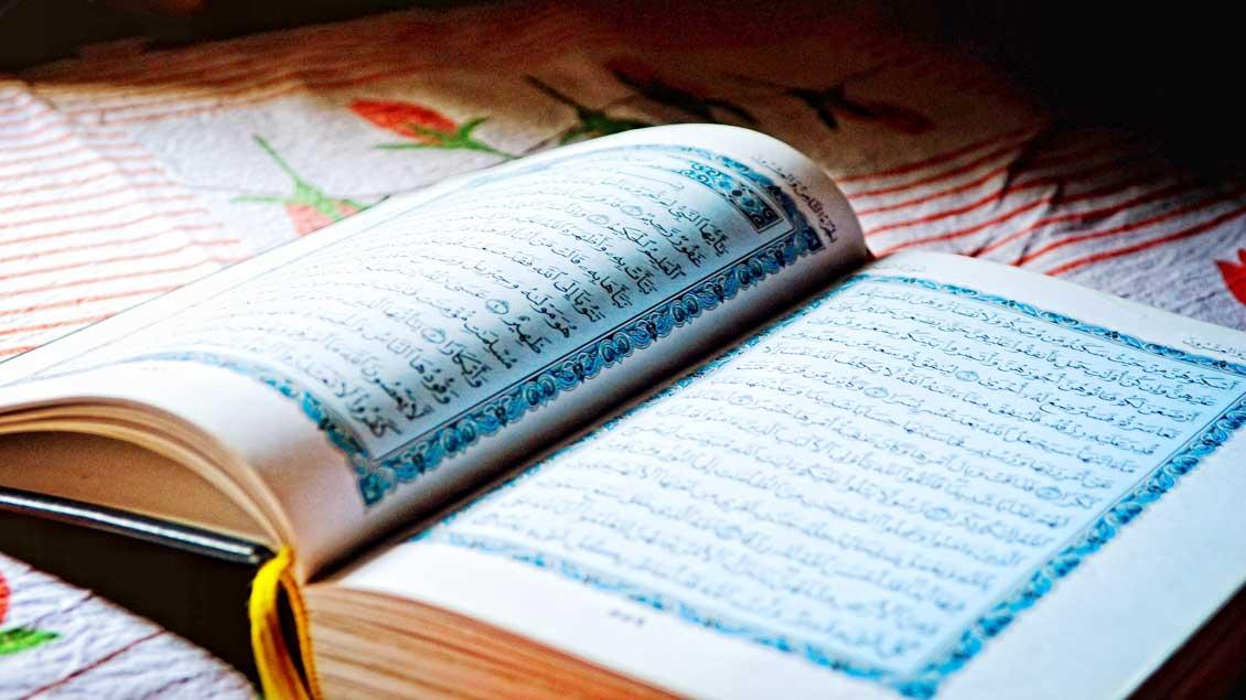 Ein aufgeschlagener Koran