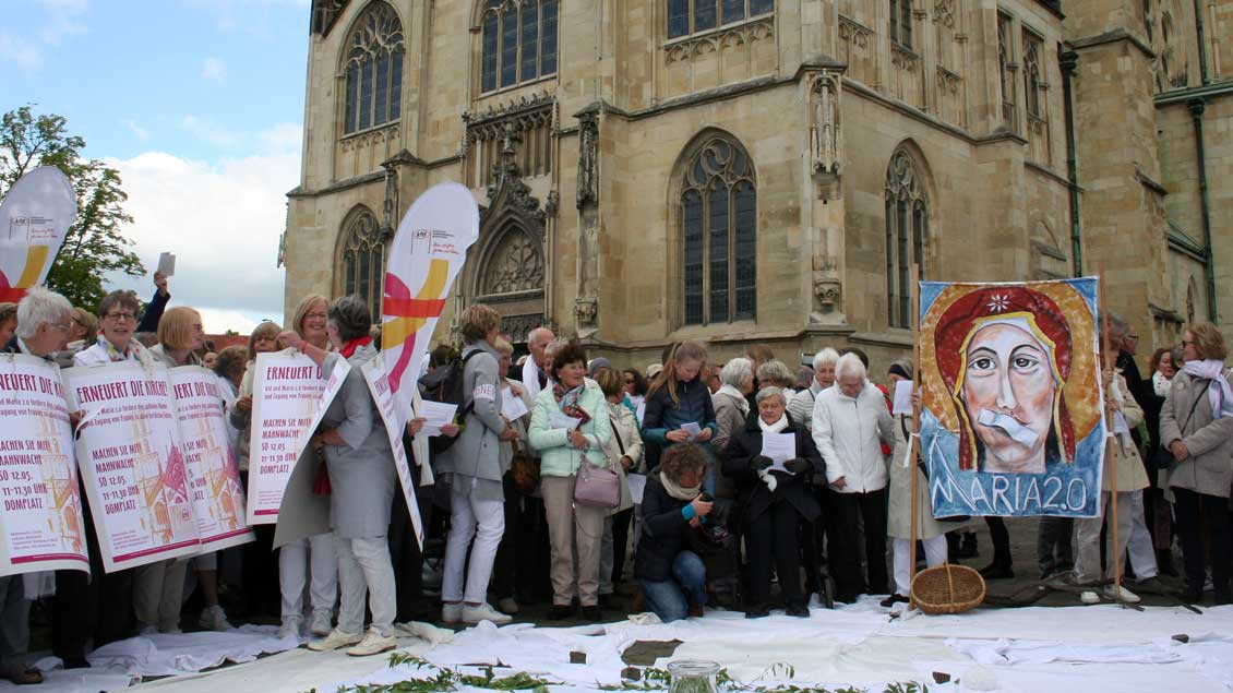 Frauen protestieren vor dem Dom in Münster