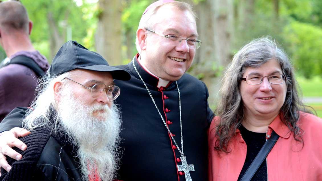 Weihbischof Hegge mit Pilgern