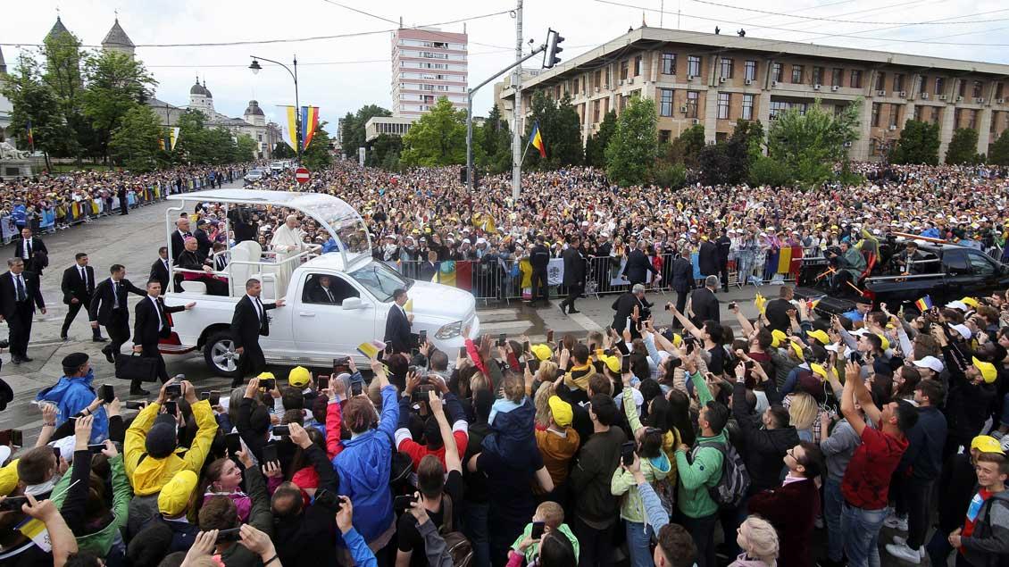 Papst Franziskus fährt durch die Menge in Iaşi Foto: Inquam Photos (Reuters)