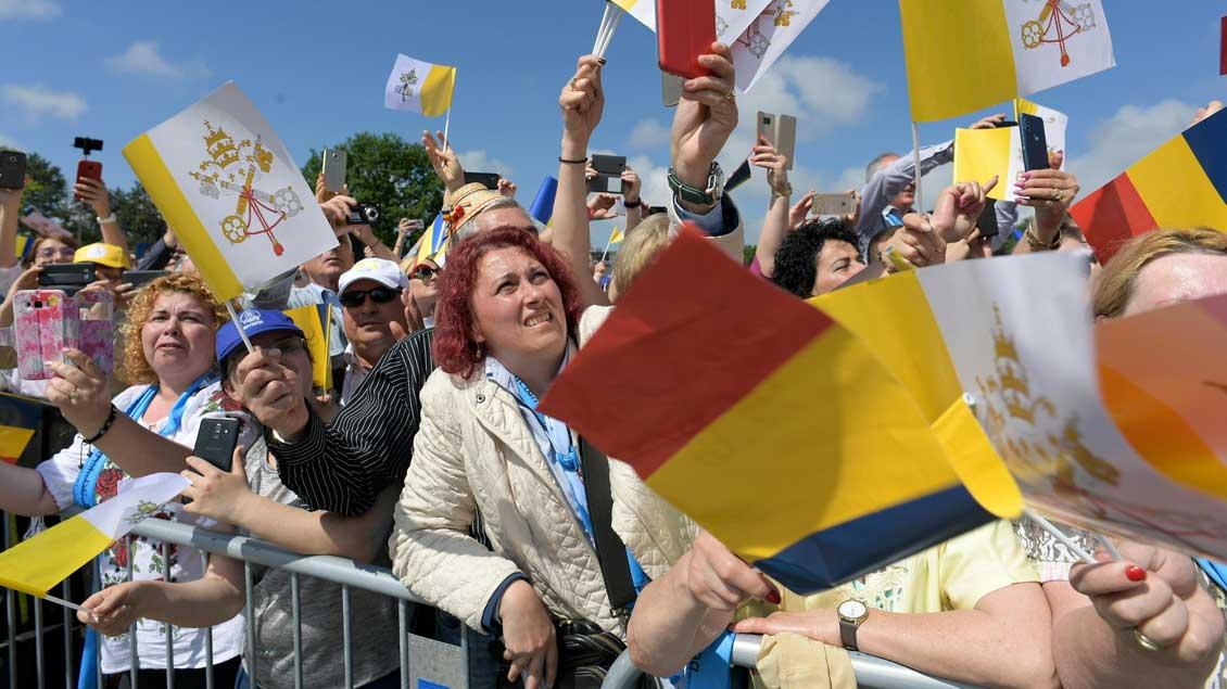 Besucher schwenken Flaggen beim Papstbesuch in Rumänien