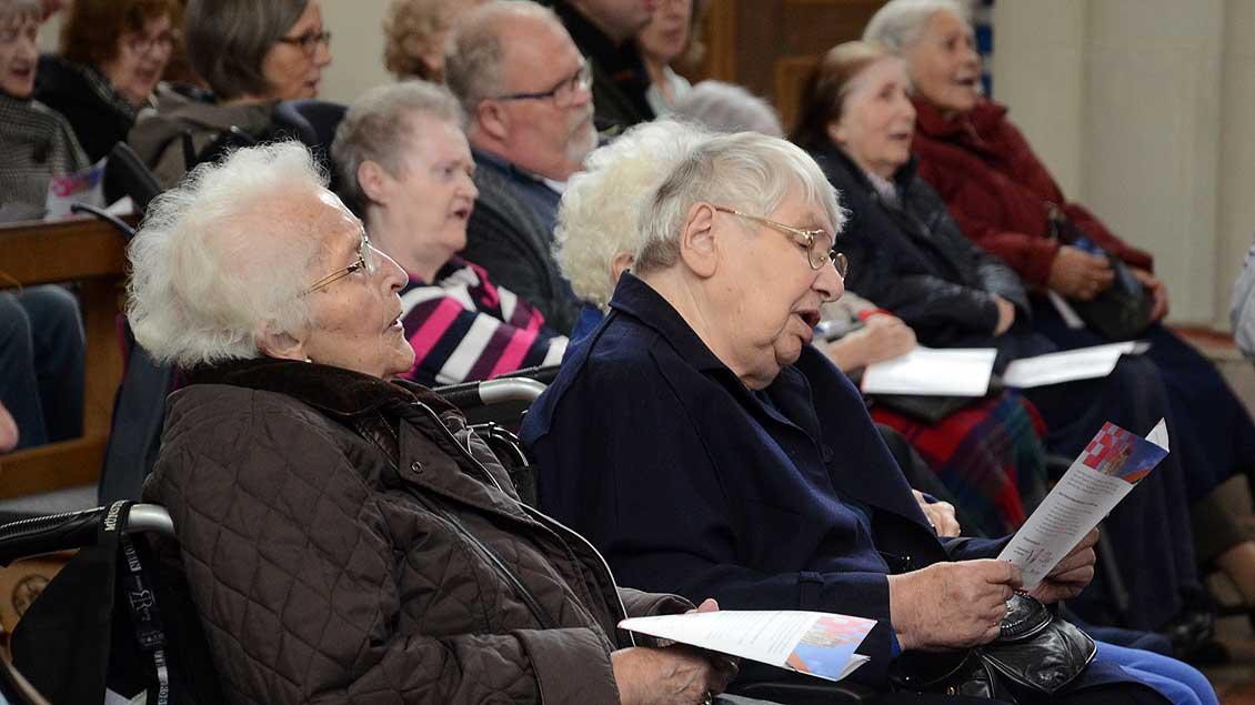 Singende Menschen in der Überwasserkirche