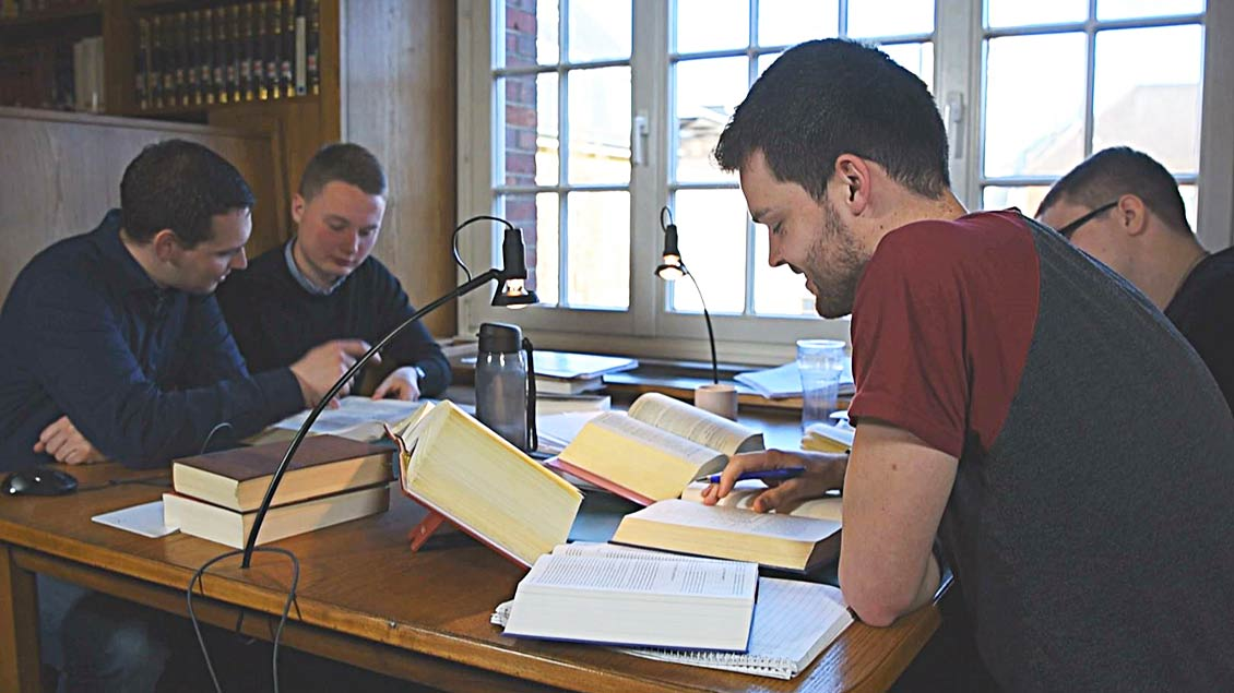 Gemeinsames Lernen im Sprachenjahr in der Bibliothek des Priesterseminars in Münster.
