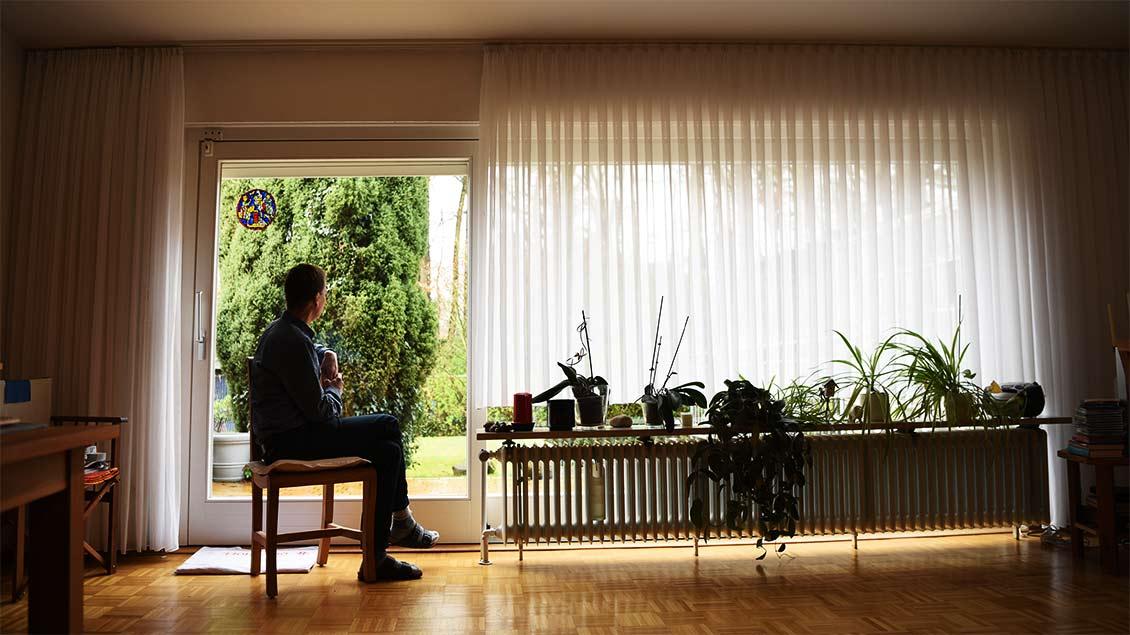 Pater Hans-Michael Hürter sitzt am Fenster seine Wohnung in Ladbergen.