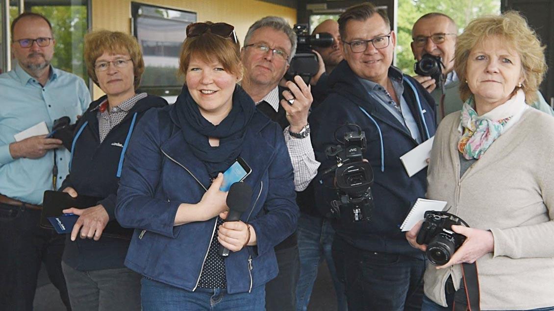 Die Redaktion von Kirche und Leben zeigt sich mit der Technik, die es bei der Berichterstattung einsetzen wird.
