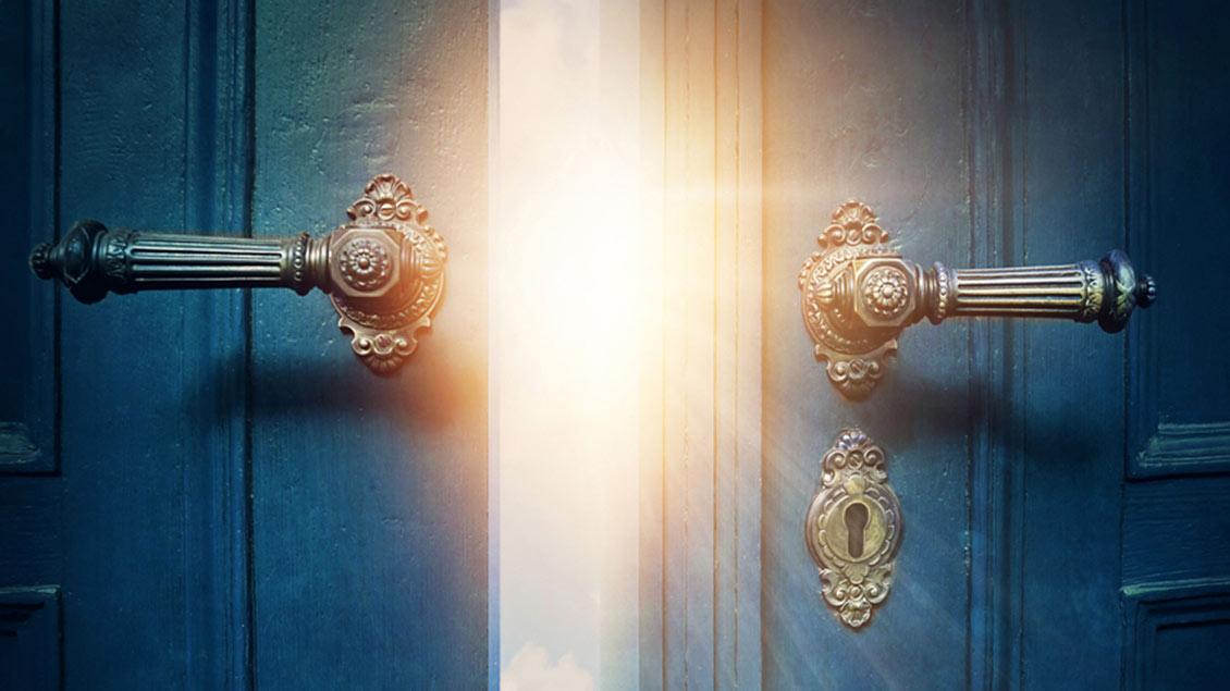Durch eine Tür fällt Licht in einen Raum.