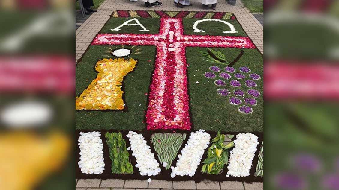Dieser Blumenteppich wurde von den Mitarbeiterinnen des Adelheid-Hauses in Geldern gestaltet. | Foto: Ute Krapohl-Leppers