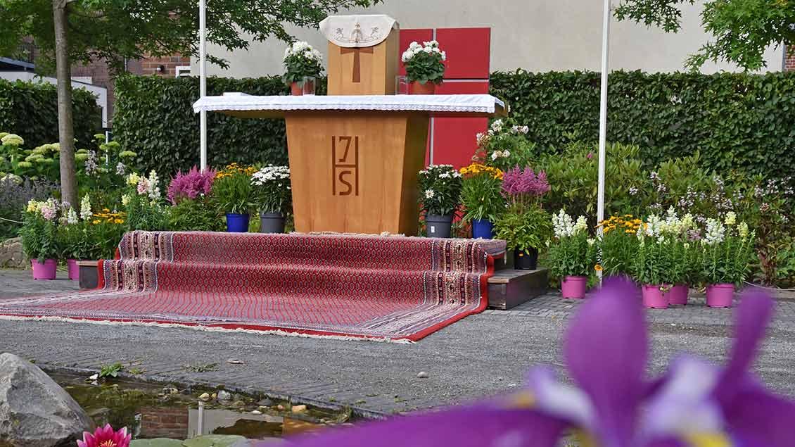 Vor dem Pfarrheim in Rees entstand dieser Prozessionsaltar. | Foto: Daniela Schultz