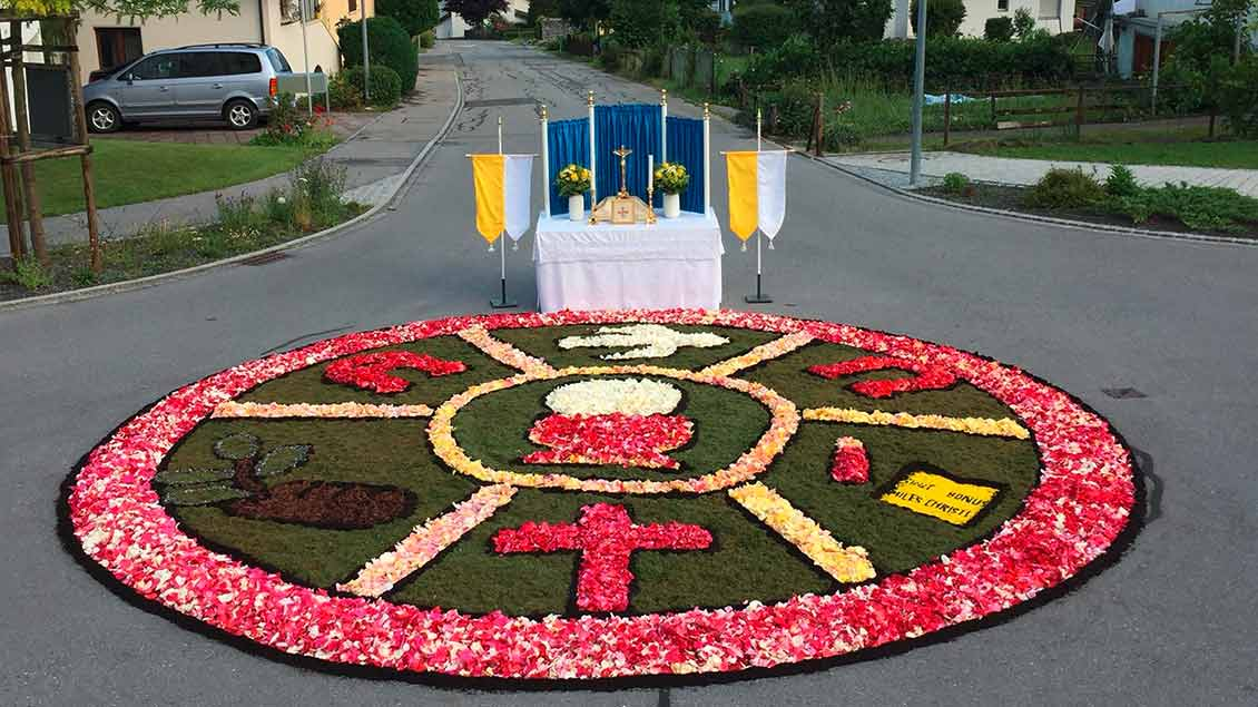 Dieser Blumenteppich hat einen Durchmesser von fünf Metern. Gestaltet wurde er von den Kommunionkindern der Gemeinde und deren Eltern. Das Bild erreichte uns aus Nendeln im Fürstentum Liechtenstein. | Foto: Raphael Ott