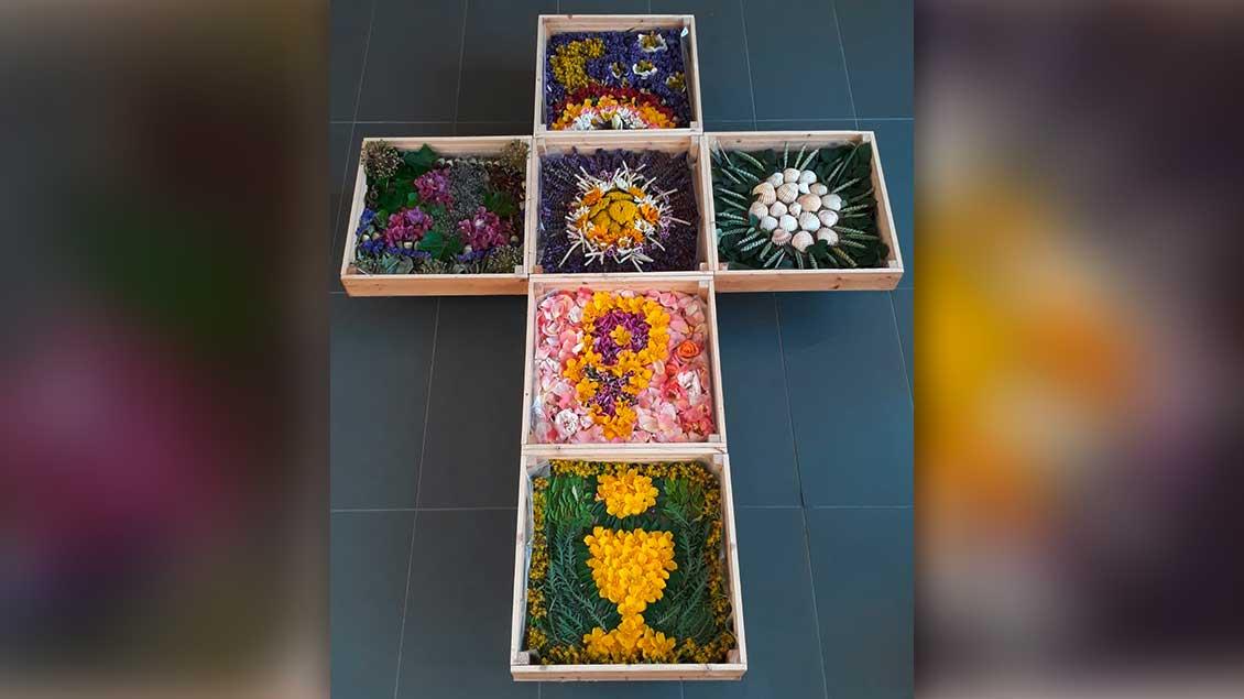 Die Frauen der Gemeinde Seliger Niels Stensen gestalteten unter anderem dieses Kreuz. Die Werke liegen auf Rollbrettern. Falls es regnet, werden sie vom Vorplatz einfach in die Kirche St. Margareta gerollt. | Foto: Tina Gröll
