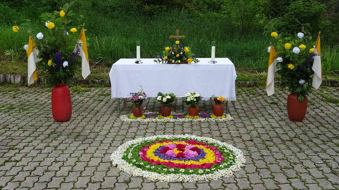 Aus Eisenbach im Hochschwarzwald wurden uns diese zwei Bilder geschickt. Fünf Frauen legten die Blumenteppiche. | Foto: Michaela Jung