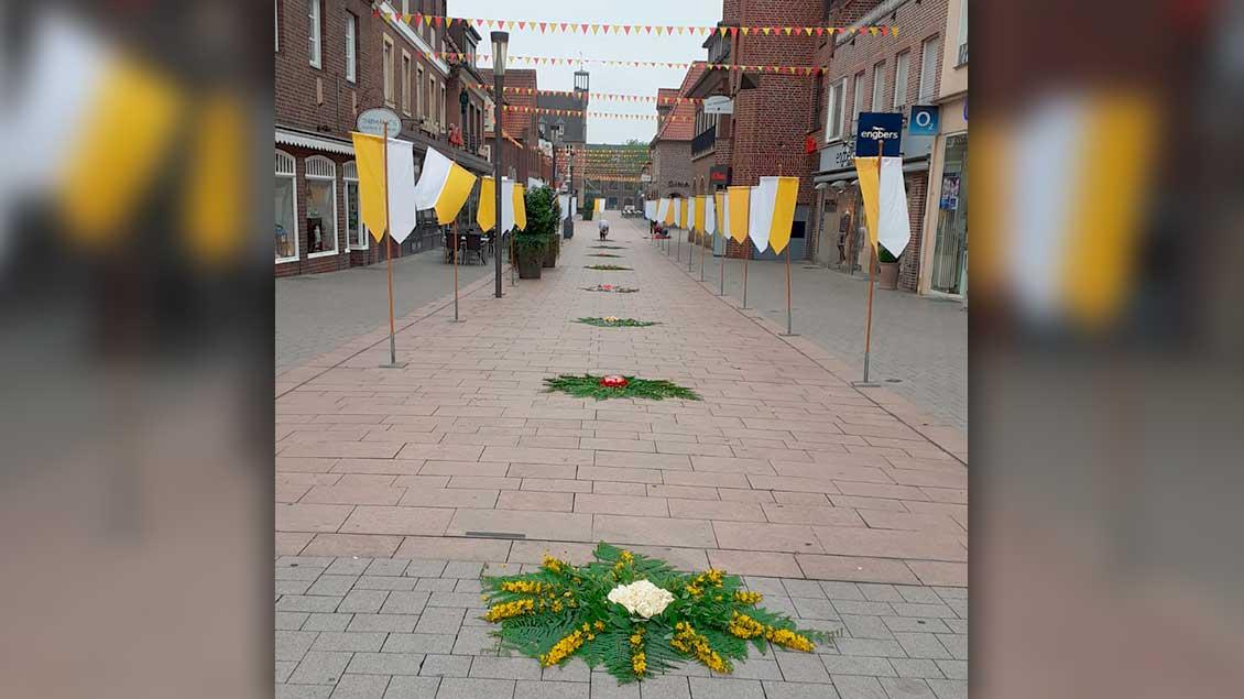 In Ahaus legen Pfarrbezirksrat und einige Kaufleute Blumenteppiche durch die gesamte Fußgängerzone … | Foto: Rudolf Schmitz