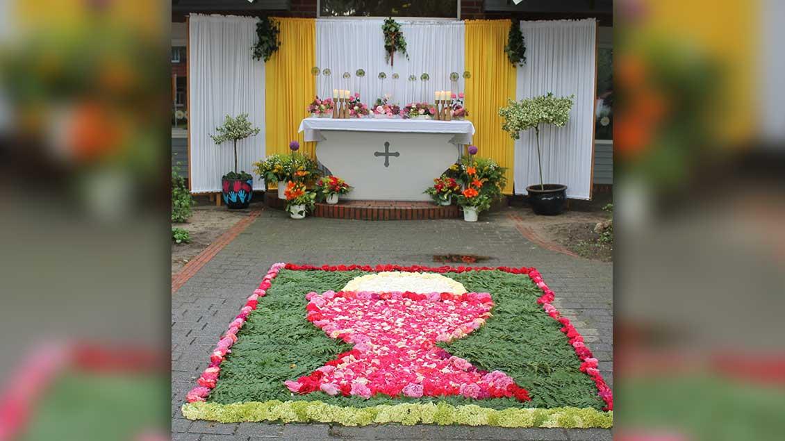 Der Fronleichnamsaltar beim St.-Bonifatius-Kindergarten Benstrup bei Löningen. Der Blumenteppich wurde von den Kommunionkindern und ihren Gruppenmüttern gestaltet. | Foto: Wolfgang Sieverding