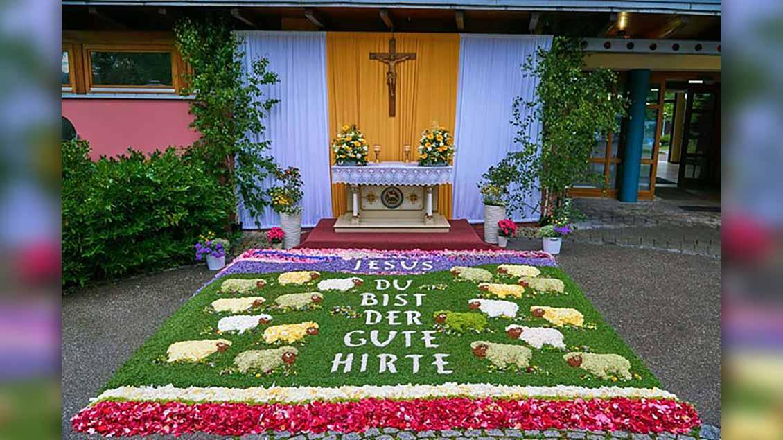 Dieser Teppich vor dem Seniorenzentrum St. Lukas in Abtsgmünd wurde von den Komunionkinder und ihren Eltern gestaltet. | Foto: Sebastian Fuchs