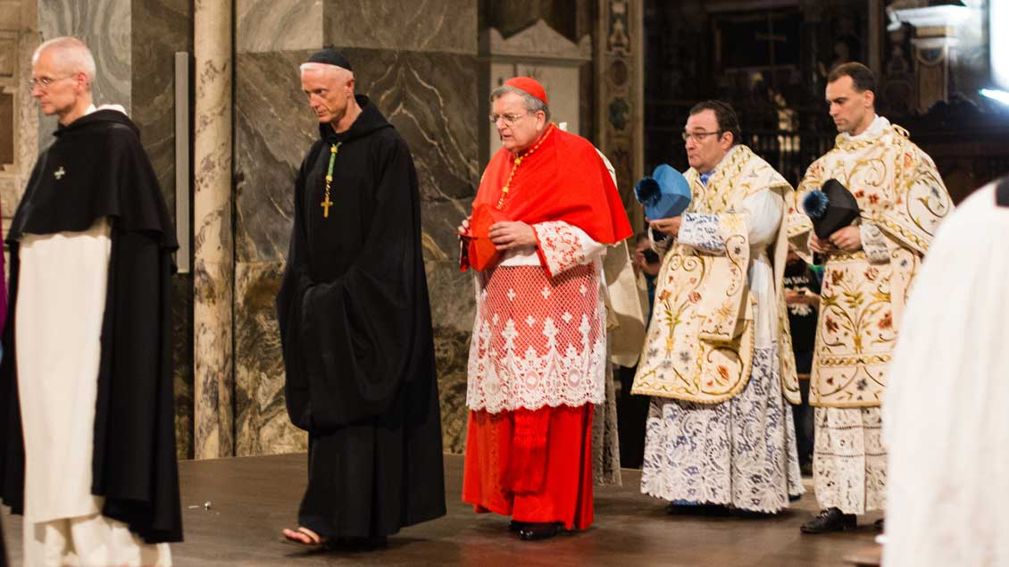 Kardinal Raymond Burke bei einem Gottesdienst im außerordentlichen Ritus