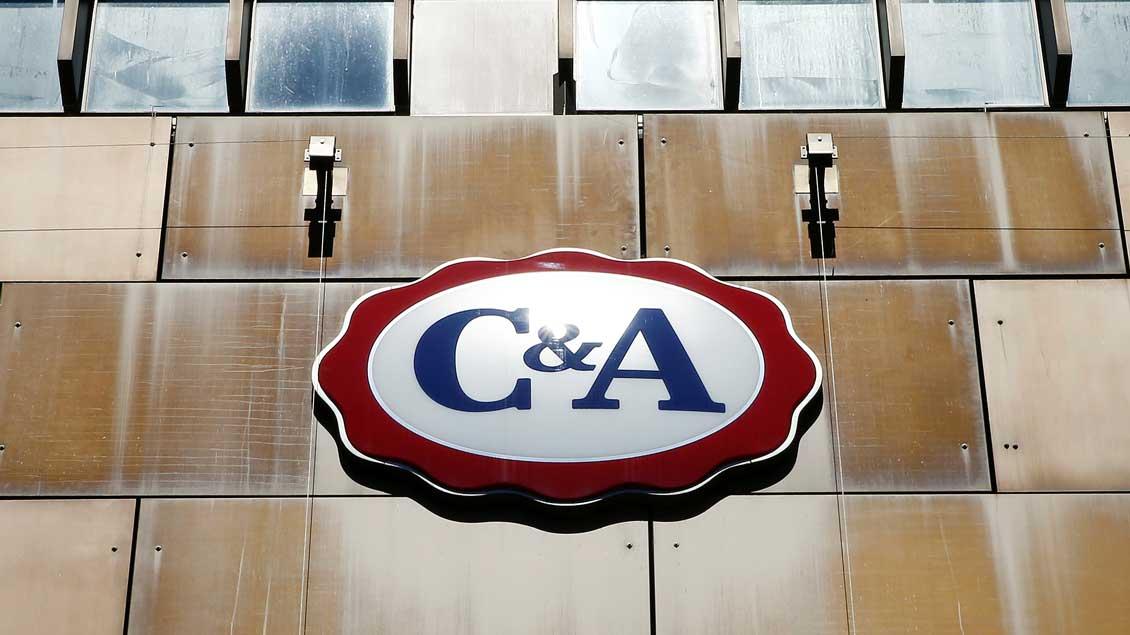 Das Logo von C&A auf einem Kaufhaus des Textilunternehmens