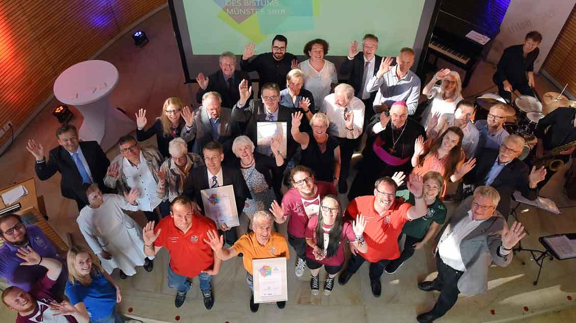 Gruppenbild mit den Trägern des Ehrenamtspreises 2018