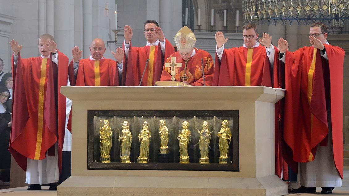 von links: Stefan Rosenbaum, Ernst Willenbrink, Jan Aleff, Bischof Felix Genn, Alexander Senk und Jan Henrik Röttgers