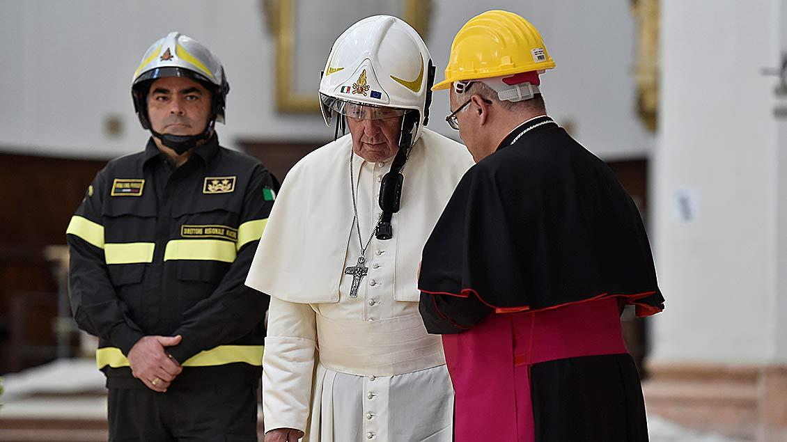 Papst Franziskus in der Kathedrale von Camerino Foto: Reuters