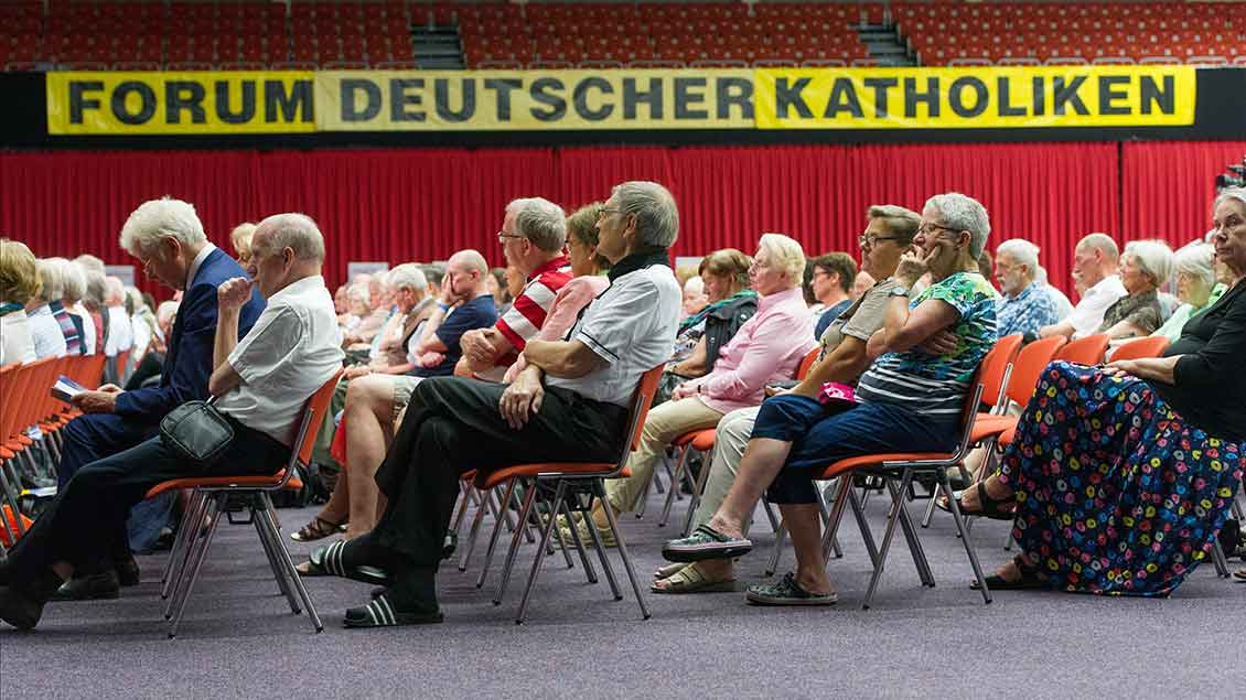 """Konferenzteilnehmer beim """"Forum Deutscher Katholiken"""" Foto: Bert Bostelmann (KNA)"""