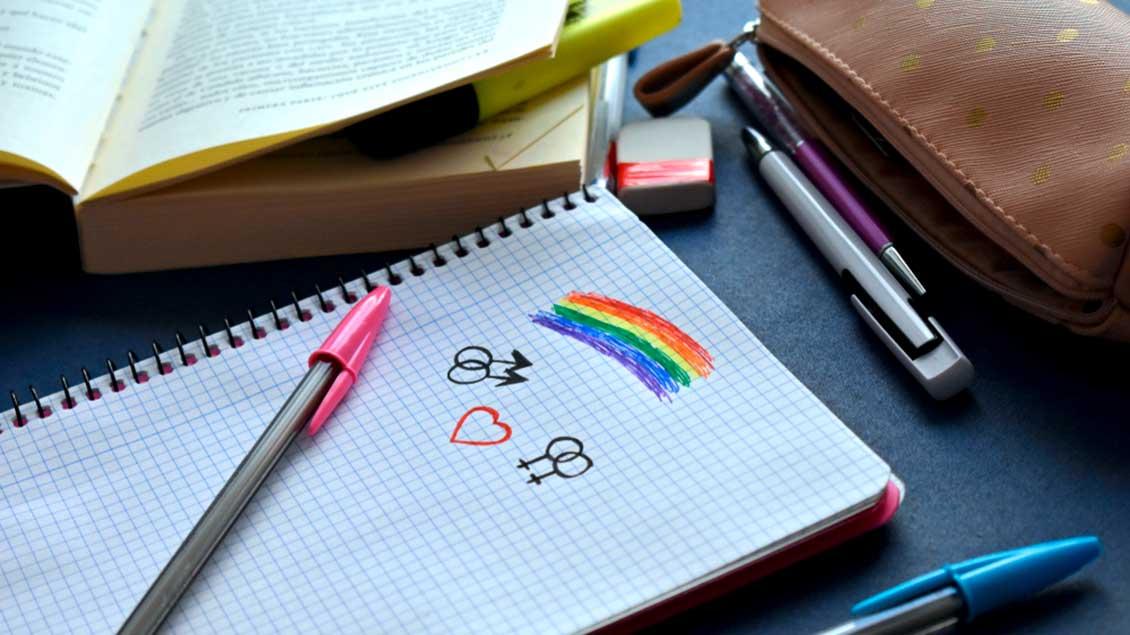 Symbole für Homosexualität auf einem Schreibblock