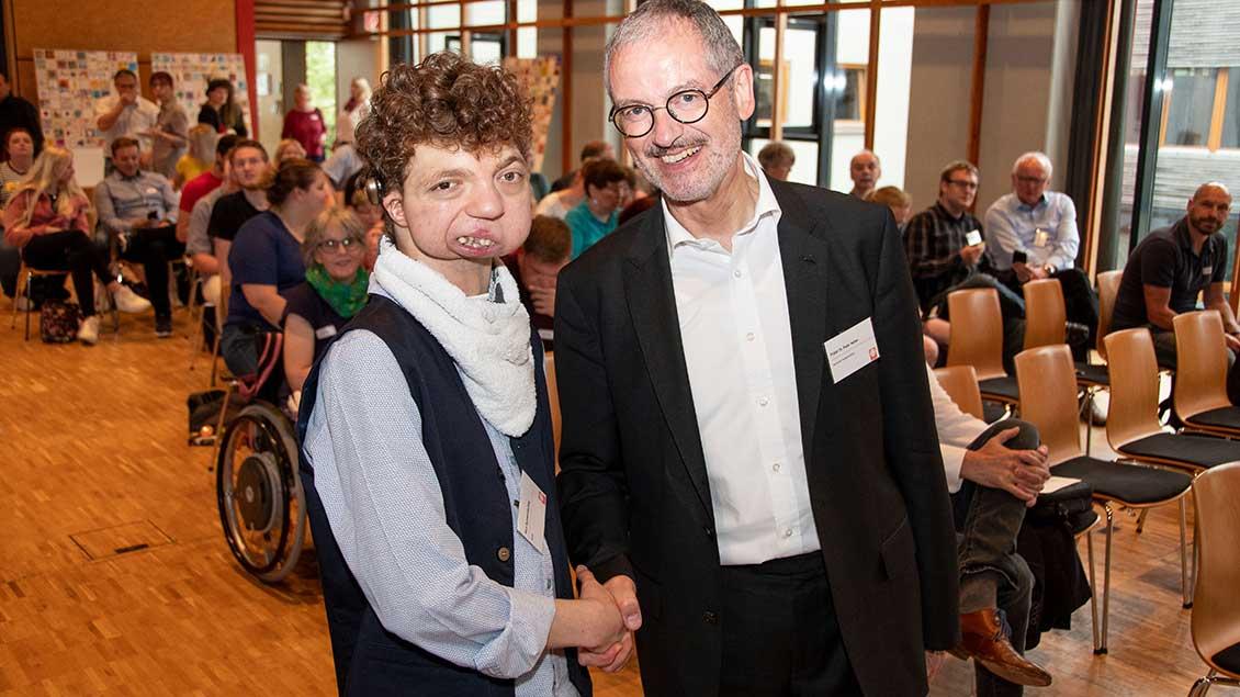 Peter Neher mit Nick Schwenderling, der trotz Hörschädigung Musik macht.