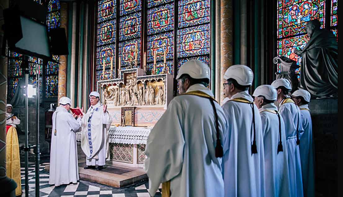 Gottesdienst in einer Seitenkapelle von Notre Dame