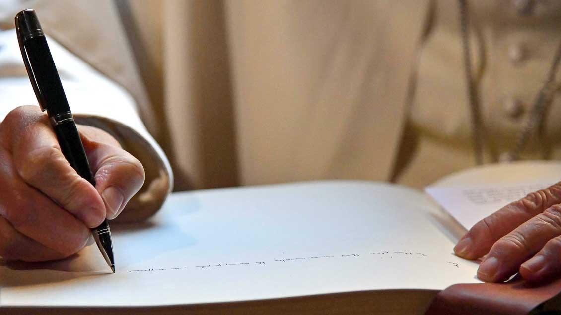 Papst Franziskus schreibt