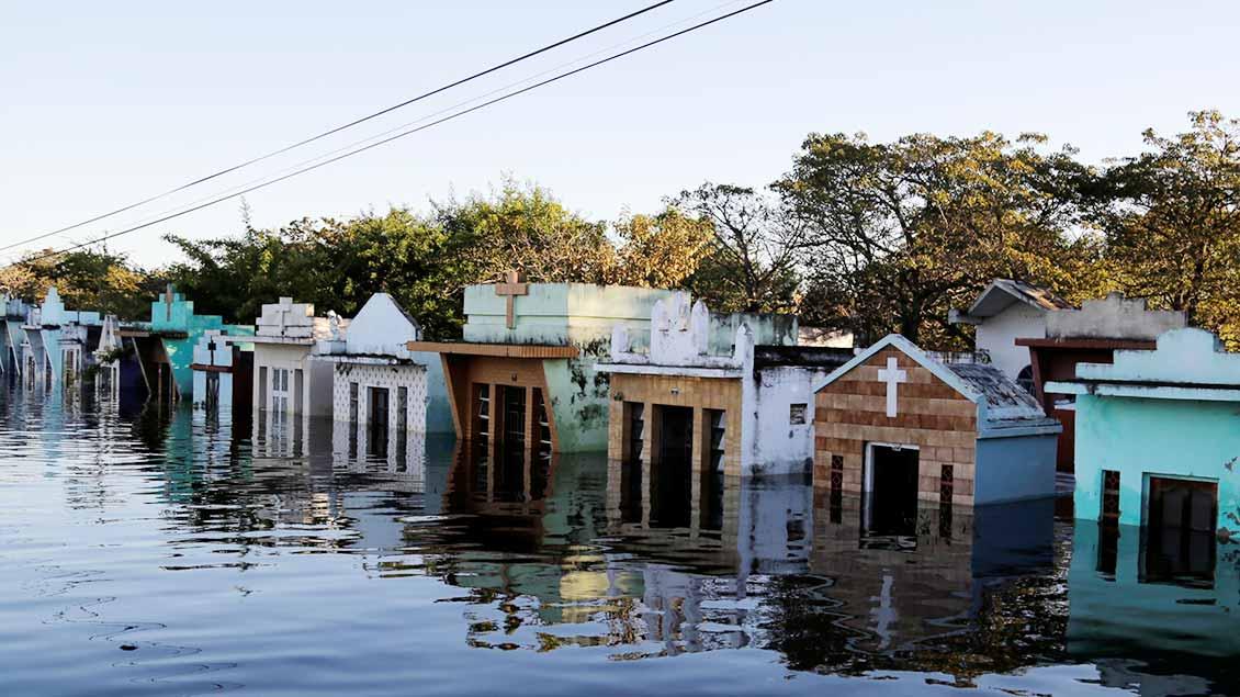 Überschwemmter Friedhof in Paraguay.